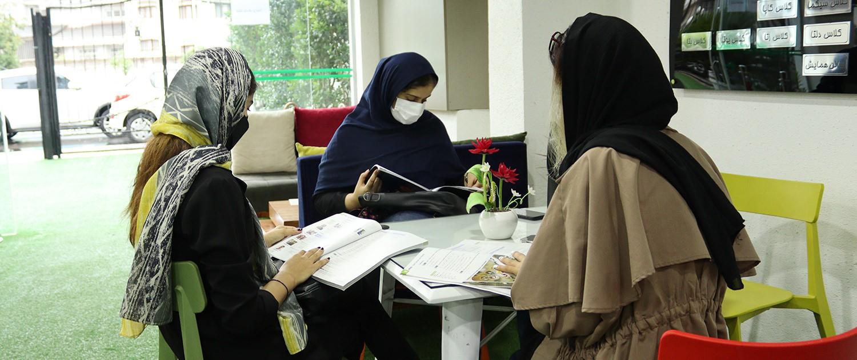 زبان آموزان دیپلما در حال کطالعه در کافی شاپ